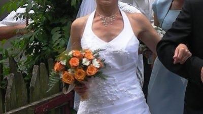 Piękna, biała, jednoczęściowa suknia ślubna.