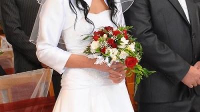 Piękna biała suknia ślubna wyszyta koronką.