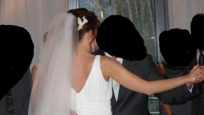 piękna, biała suknia ślubna z trenem, długi welon w komplecie