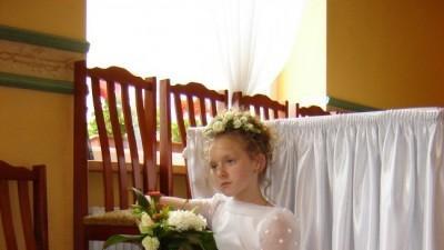 piękną, nową, elegancką sukienkę komunijną na szczupłą dziewczynkę