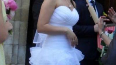 Piękna śnieżnobiała suknia ślubna 2 w 1 falbany