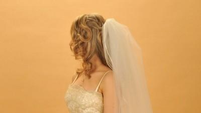 Piękna suknia ecru dla filigranowej kobiety