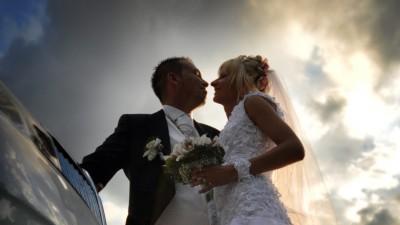 piękna suknia ślubna cudownie błyszcząca w świetle