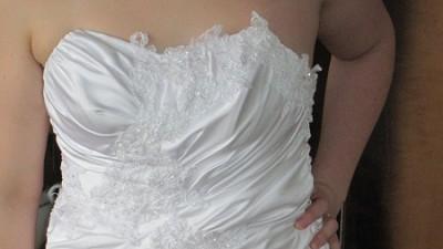 Piękna suknia slubna dla kobiety w ciąży