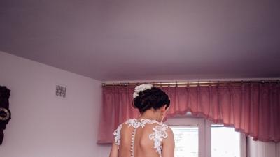 Piękna suknia ślubna podkreślająca niezwykłe kobiece kształty