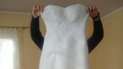 Piekna suknia ślubna z delikatnym trenem