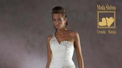 piękna suknia ślubna z rozcięciem