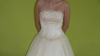 Piękna suknia ślubna z salonu Adeline- kolor szampana