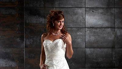 Piękna suknia Tres Chic, perłowa, kryształki swarovskiego