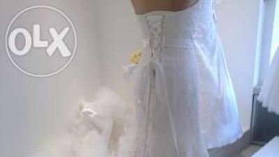 piękna, wysokiej jakości, koronkowa suknia