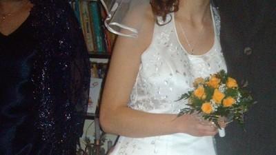 Pina,skromna biala suknia ukrywajaca wiekszy brzuszek;)