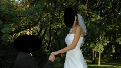 Podkreślająca figurę a zarazem oddająca powagę dnia i elegancję suknia ślubna