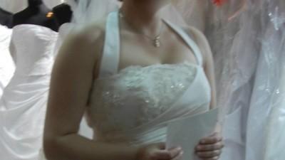 Prosta suknia ślubna z pieknymi zdobieniem