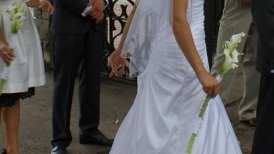 Przepiękna śnieżno-biała suknia ślubna