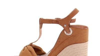 Sandały na koturnie Camel