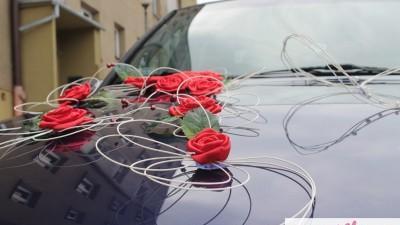 Satynowa dekoracja samochodu ślubnego