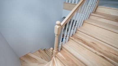 Schody drewniane samonośne lub na beton