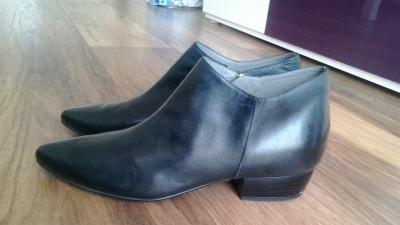 Skórzane czarne botki 38