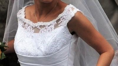 Skromna i stylowa suknia