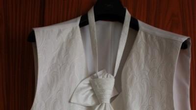 Śliczna biała kamizelka ślubna