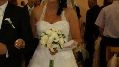 Śliczna śnieżnobiała suknia ślubna z 2010 roku
