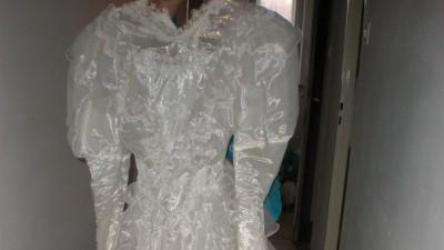 Śliczna suknia ślubna .