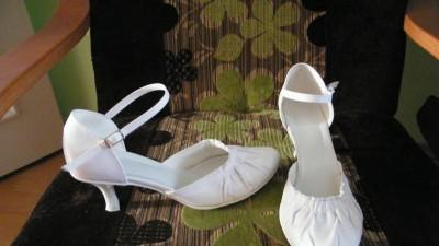 Śliczna suknia ślubna tuszująca brzuszek :-)