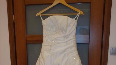 Śliczna suknia ślubna z białej satyny