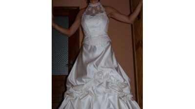 śliczna suknia ślubna z koronką i cekinami
