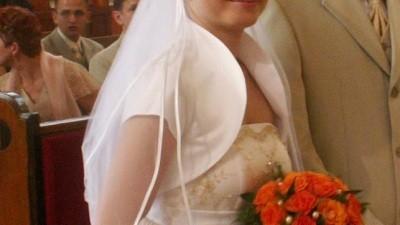 Sliczna suknia ślubna ze złotymi aplikacjami