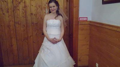 Śliczna suknia z falbanką na gorsecie!