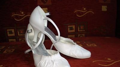 Śliczne wygodne białe czółenka ślubne