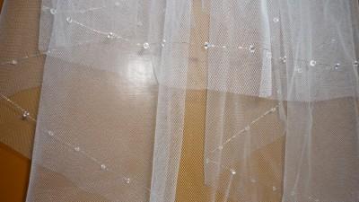 Śliczny cięty welon z kryształkami.