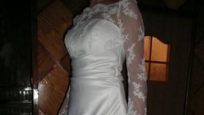 śmietankowa suknia z koronkowym rękawem