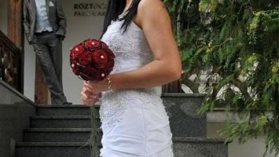 Śnieznobiała suknia ślubna - Impresja