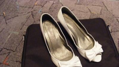 sprzedam białe ślubne buty r.39