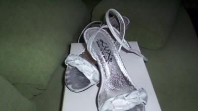 sprzedam buty ślubne biało - srebrne