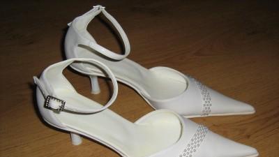 Sprzedam dwie pary bucików ślubnych