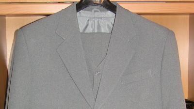 Sprzedam jasnoszary garnitur, 1-rzędowy, z kamizelką