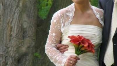 Sprzedam kobiecą i b. elegancką suknię ślubną ecru