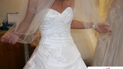 Sprzedam piękną suknię LEVANTE w kolorze białym.