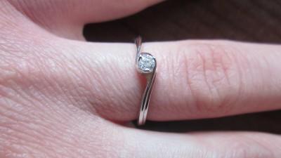Sprzedam piękny pierścionek z diamentem