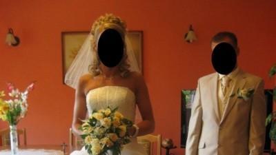 Sprzedam śliczną i elegancką suknię ślubną ecru.