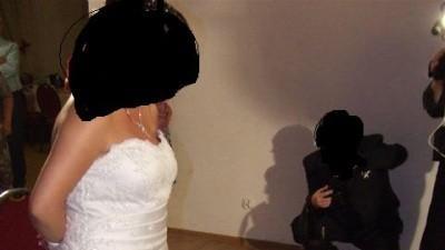 Sprzedam śliczną śnieżno białą suknię jednoczęściową, zdobioną kamyczkami