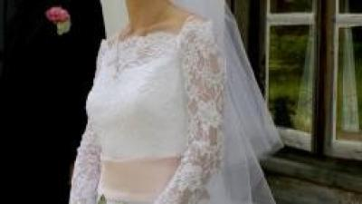 Sprzedam suknię ślubną jednoczęściową z trenem, na gorsecie