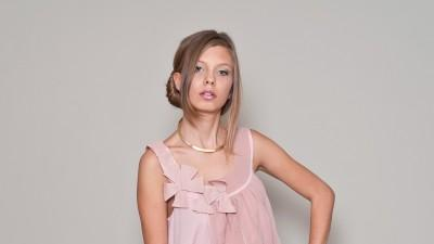 Sukienka Fever urocza koktajlowa kobieca pastel róż prosta