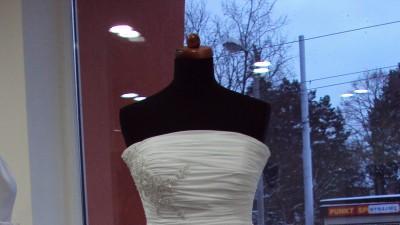 Sukienka ślubna z muślinu z bolerkiem i butami