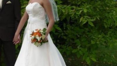 suknia ecry/capucino z trenem obszytym koronką