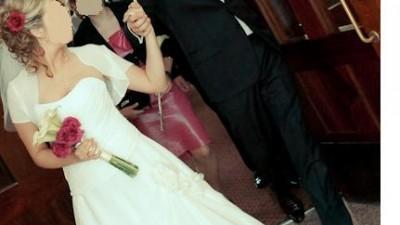 Suknia ślubna ecri, asymetryczna, kryształki Svarowskiego, kwiatek z boku