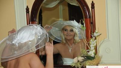 Suknia ślubna francuskiej firmy DIVINA SPOSA, MODEL Z KOLEKCJI 2010r. DS 102-17